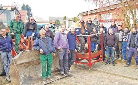 Sie haben den ganzen Sonnabend in Lüdelsen kräftig aufgeräumt. Lutz Peters (2.v.l.) hatte zum 4. Subbotnik eingeladen. Foto: Lange