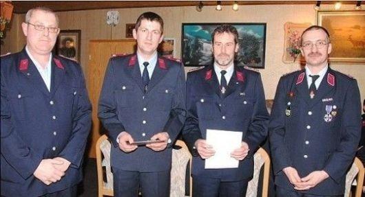 Bornsens Wehrleiter Bernd Grobauer (links) und VG-Wehrchef Bert Juschus (rechts) gratulieren Dirk Grobauer (2.v.l.) und Burkhard Steinlage zu ihrer Ehrung anlässlich des zehn- beziehungsweise 30-jähri