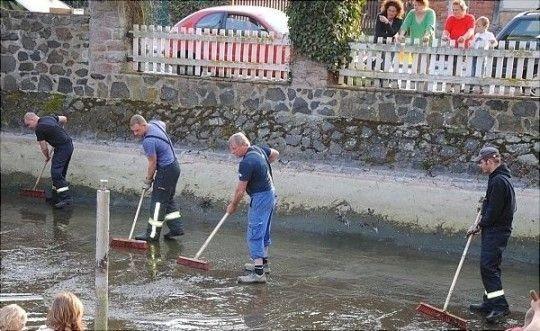 Mit vereinten Kräften packen die Jübarer, darunter viele Kameraden der freiwilligen Feuerwehr, mit an und säubern den Grund des Dorfteiches. Im Anschluss wurde das Becken wieder mit Wasser aufgefüllt
