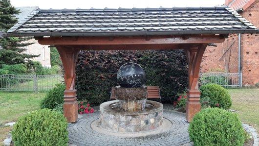 20190709 Nettgau Dorfmitte mit Kugel- oder Weltbrunnen